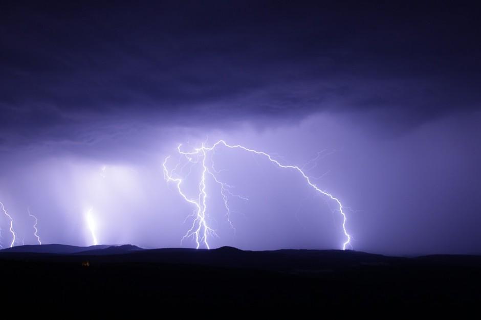 IMiGW: ostrzeżenia przed burzami i intensywnym deszczem dla sześciu województw