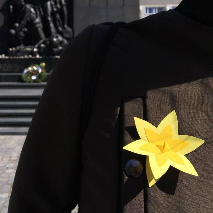 Na ulicach Warszawy będą rozdawane papierowe żonkile (fot.twitter.com/warszawa)