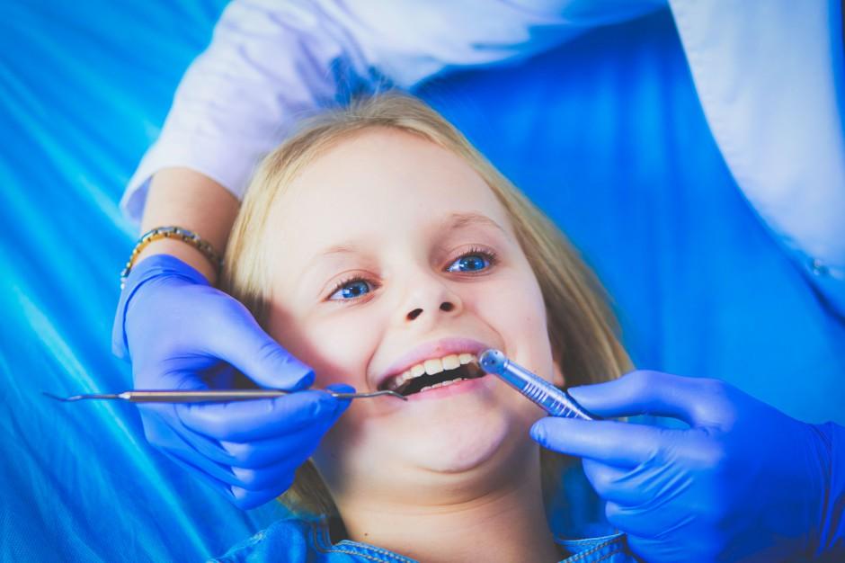 Uczeń w gabinecie stomatologicznym: kolejny obowiązek samorządu