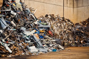 Strażacy walczą z pożarem składowiska odpadów w Pyszącej