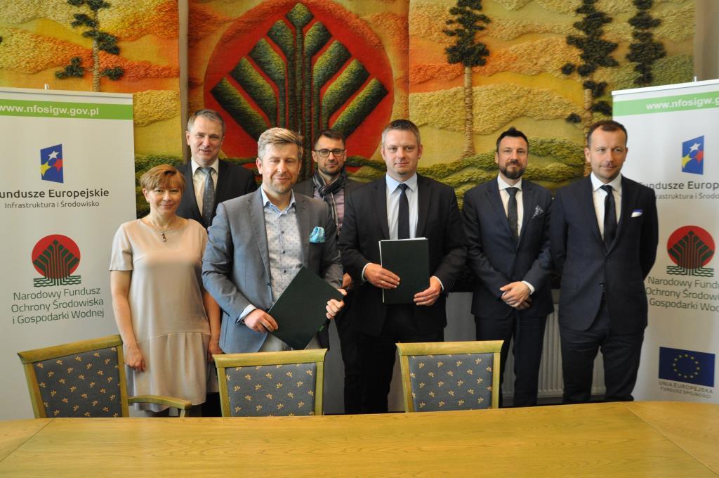 Umowę podpisali wiceprezes zarządu NFOŚiGW Dominik Bąk i prezes zarządu Sp. z o.o. Port Czystej Energii Bartosz Piotrusiewicz (fot. NFOŚiGW)