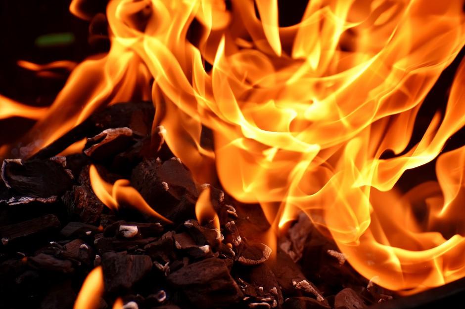 Pożar składowiska odpadów w Pyszącej. Strażacy nadal gaszą ogień
