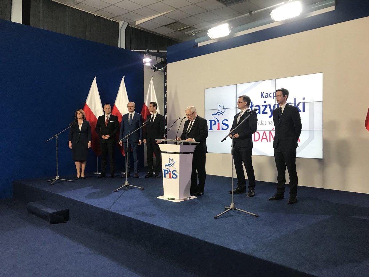 - Kandydaci oczywiście będą prezentowani w swoich miastach, jeżeli przedstawiamy ich w Warszawie, to z jednego powodu, bo Polska jest jedna - mówił do uczestników spotkania szef PiS. fot.Twitter/PiS