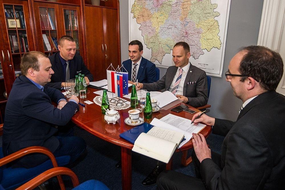 Główne założenia nowego połączenia przedstawiono na spotkaniu przedstawicieli Małopolski i Kraju Preszowskiego. (fot. malopolska.pl)