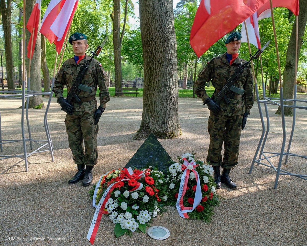 Obchody święta 3 Maja w Białymstoku rozpoczęły się od złożenia kwiatów pod obeliskiem 3 Maja w Parku im. Konstytucji 3 Maja (fot. Twitter/Wschodzący Białystok)