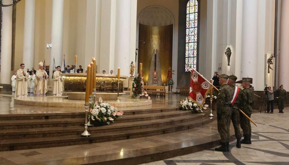 Metropolita katowicki abp Wiktor Skworc przewodniczył w katowickiej katedrze Eucharystii w intencji Ojczyzny. (fot.archidiecezjakatowicka.pl)