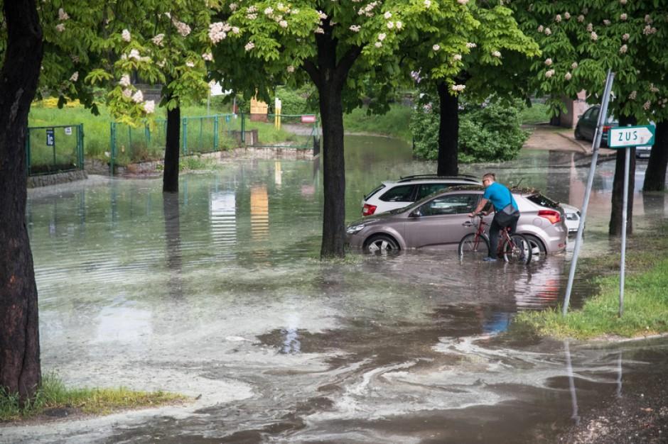 Gdańsk po burzy. Na jednej ulicy tyle wody, ile w pięciu basenach olimpijskich