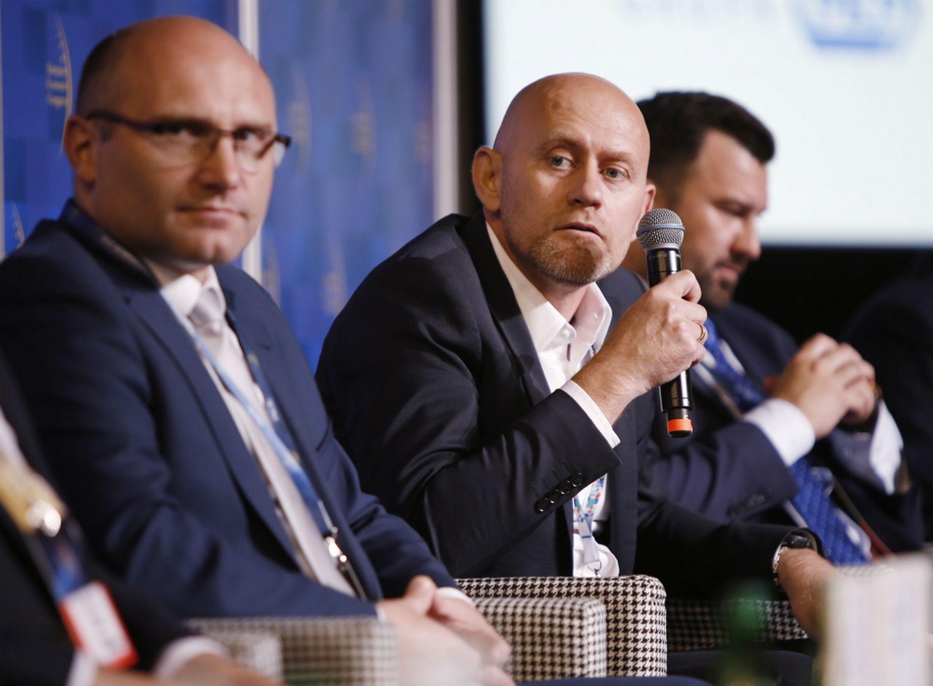 Od lewej: Grzegorz Kwitek, członek zarządu Górnośląsko-Zagłębiowskiej Metropolii i Maciej Panek, prezes PANEK CarSharing. (fot. PTWP)