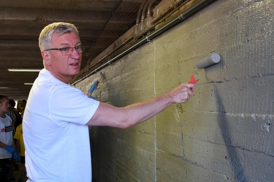Prezydent Poznania zamalował dyskryminujące napisy na murach
