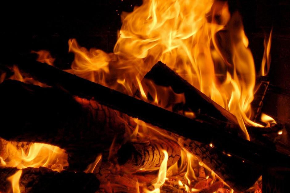 Jelenia Góra: Strażacy gaszą pożar na terenie firmy recyklingowej