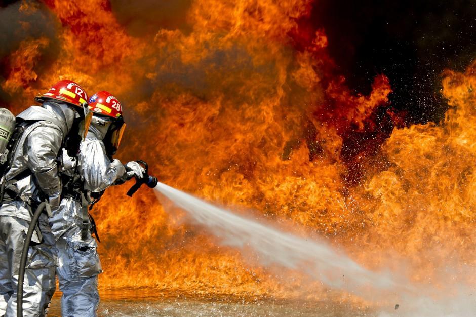 Wszedzień: Strażacy gaszą pożar składowiska chemikaliów