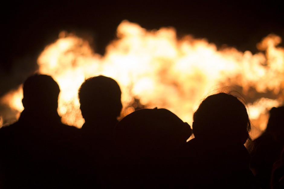 Strażacy ciągle na miejscu pożaru składowiska chemikaliów we wsi Wszedzień