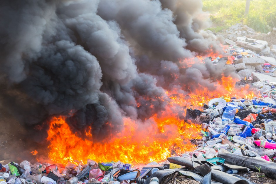 Strażacy dogaszają pożar składowiska odpadów w Studziankach