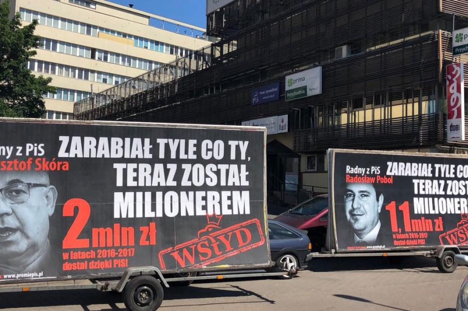 """""""Konwój wstydu"""": W trasę wyruszą billboardy z wizerunkami samorządowców PiS"""