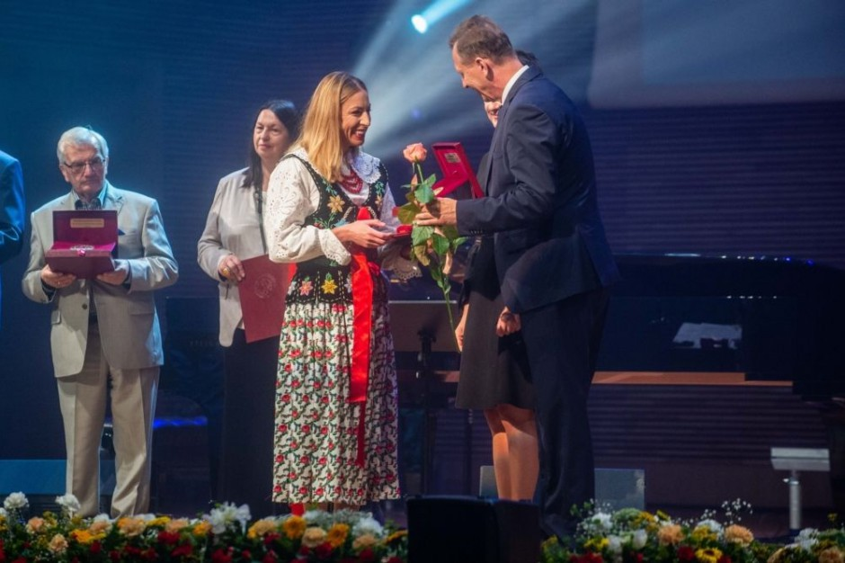 Justyna Kowalczyk i ks. Adam Boniecki z Medalem Honorowym za Zasługi dla Województwa Małopolskiego