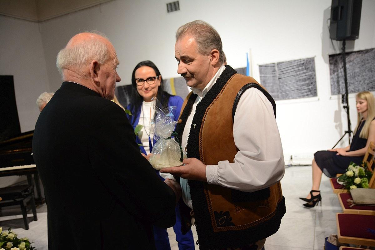 Apoloniusz Rajwa odbiera wyróżnienie z rąk burmistrza Leszka Doruli (fot.: Anna Karpiel-Semberecka/UM Zakopane)