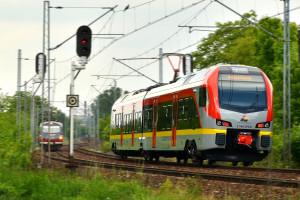 Pasażerowie garną się do kolei. Spółka musi dokupywać pociągi