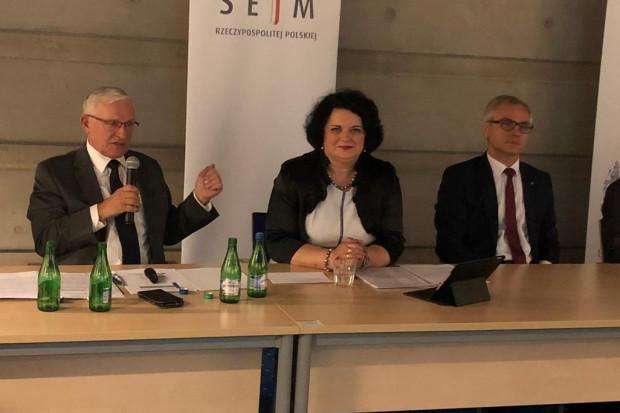 Barbara Dziuk (w środku) wiceprzewodnicząca komisji stałej do spraw polityki rozwoju inteligentnych miast i elektromobilności. (Fot. facebook.com/Barbara Dziuk)