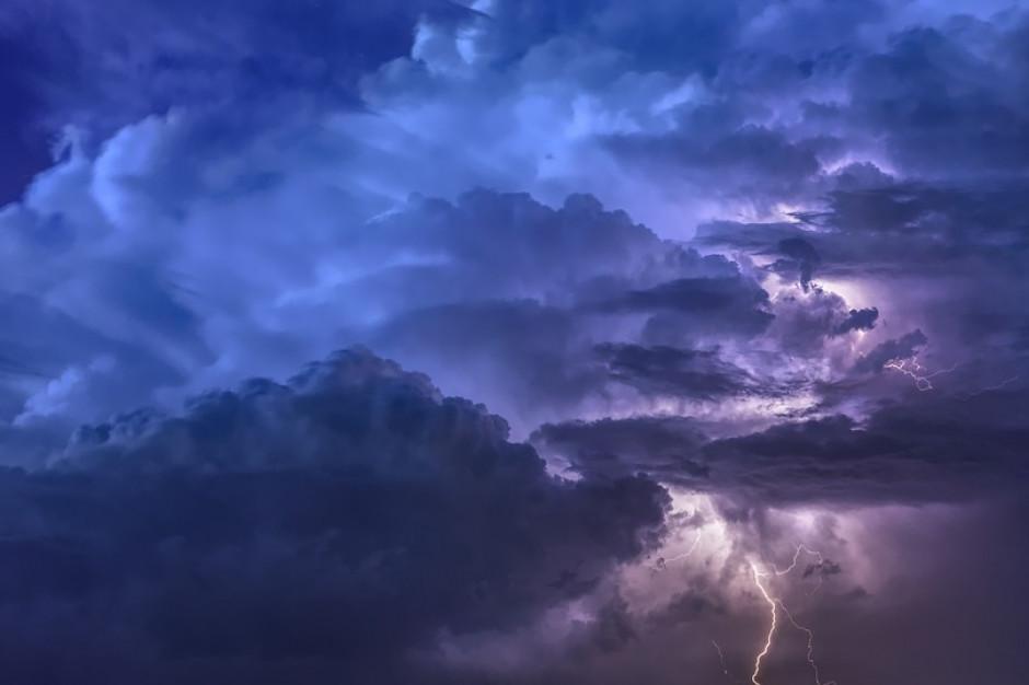 Na Warmii i Mazurach burze z silnym wiatrem. Pozrywane linie energetyczne i dachy