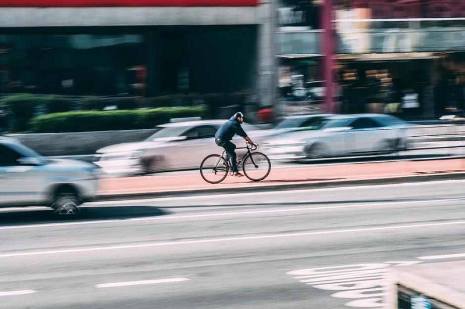 Lekarz ostrzega przed jazdą na rowerze w korkach drogowych