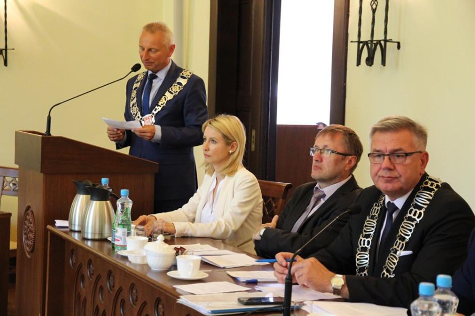 Inowrocław. Radni odmówili głosowania nad obniżką pensji prezydenta