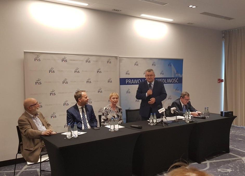 Minister Andrzej Adamczyk poinformował, że w ciągu 10 lat na remonty dróg lokalnych i samorządowych rząd zaplanował wydanie 80 mld zł. (fot.twitter.com/AMAdamczyk)