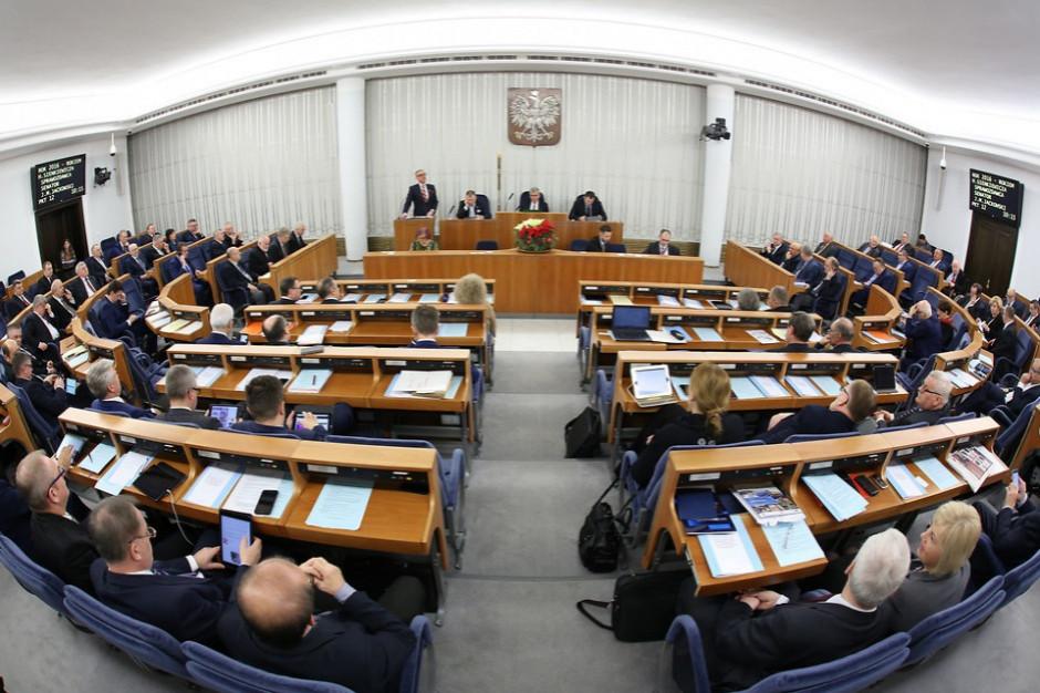 Posiedzenie Senatu. Senatorowie zajmą się pakietem odpadowym i nowelą ustawy o RDS