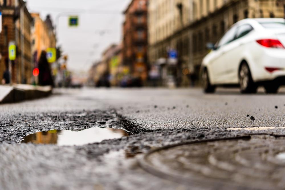 Głównymi problemami, z jakimi borykają się Polacy w miejscu zamieszkania, są: jakość, a przede wszystkim niedostateczna dostępność opieki zdrowotnej (50 proc.) oraz zły stan dróg - głównie lokalnych (40 proc.) (fot.shutterstock)