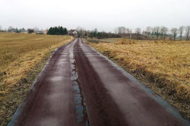 Gumowa droga w Goryniu, w gminie Kisielice, wymaga legalizacji. Wójt wierzy, że ją otrzyma (fot. Rafał Ruszczyk)