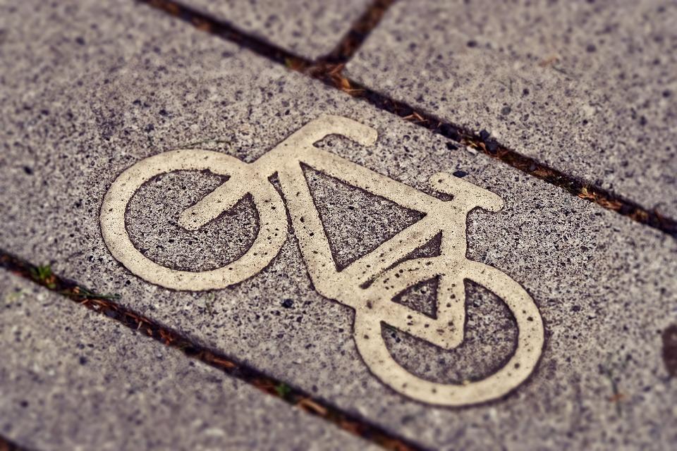 W 2017 roku rowerzyści przyczynili się do 1546 wypadków drogowych, w których zginęło 119 osób, a ucierpiało 1481. (fot.pixabay.com)