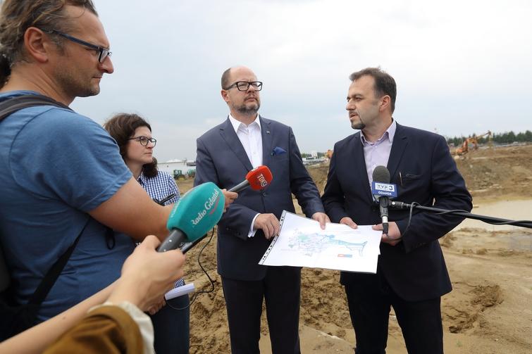 W konferencji wzięli udział: (od lewej) wiceprezydent Aleksandra Dulkiewicz, prezydent Gdańska Paweł Adamowicz oraz Ryszard Gajewski, prezes spółki miejskiej Gdańskie Wody (fot. Grzegorz Mehring/www.gdansk.pl)