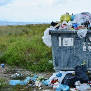 Ustawao zmianie ustawy o odpadach oraz niektórych innych ustaw. Ustawa jest konsekwencją wejścia w życie nowych przepisów unijnych w sprawie odpadów.   Odnośnie uregulowań obejmujących rejestr podmiotów wprowadzających produkty, produkty w opakowaniach i gospodarujących odpadami, prowadzonego przez marszałka województwa, ustawa wprowadza zmianę polegającą na dodaniu do katalogu podmiotów uprawnionych do złożenia wniosku o wpis do rejestru, wytwórców odpadów obowiązanych do prowadzenia ewidencji odpadów, z wyłączeniem tych posiadaczy odpadów, którzy uzyskali pozwolenie zintegrowane lub pozwolenie na wytwarzanie odpadów – ta ostatnia grupa jest wpisywana do rejestru z urzędu - obowiązek wpisu do rejestru, nałożony na wytwórców odpadów obowiązanych do prowadzenia ewidencji odpadów, wiąże się z koniecznością prowadzenia przez nich ewidencji oraz składania sprawozdań za pośrednictwem bazy danych o produktach i opakowaniach oraz o gospodarce odpadami.   Ustawa uściśla również kontrolę przekazywania odpadów, szczególnie odpadów komunalnych odbieranych od właścicieli nieruchomości - w tym celu ustawa wprowadza wymóg posiadania przez kierowcę, w trakcie transportu odpadów, potwierdzenia utworzenia karty przekazania odpadów w bazie danych o produktach i opakowaniach oraz o gospodarce opakowaniami. Obowiązek ten ma umożliwić weryfikację zawartych w karcie informacji dotyczących transportowanych odpadów ze stanem rzeczywistym.   Ustawa wprowadza instytucję karty przekazania odpadów komunalnych, prowadzonej przez podmiot będący odbierającym odpady komunalne od właścicieli nieruchomości, która będzie sporządzana odrębnie dla każdego transportu odpadów komunalnych – rozwiązanie to ma pozwolić na każdorazowe potwierdzenie przejęcia odpadów komunalnych i rozliczenie mas tych odpadów, odebranych z terenów poszczególnych gmin, w systemie dziennym. (fot. archiwum)