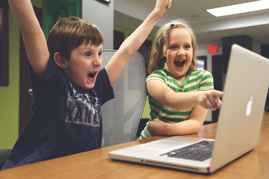 Influencer nowym nauczycielem? Co drugi uczeń korzysta z ich filmów podczas nauki