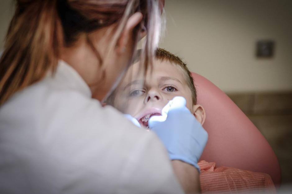 Mazowsze. NFZ szuka chętnych do leczenia zębów dzieci w szkołach