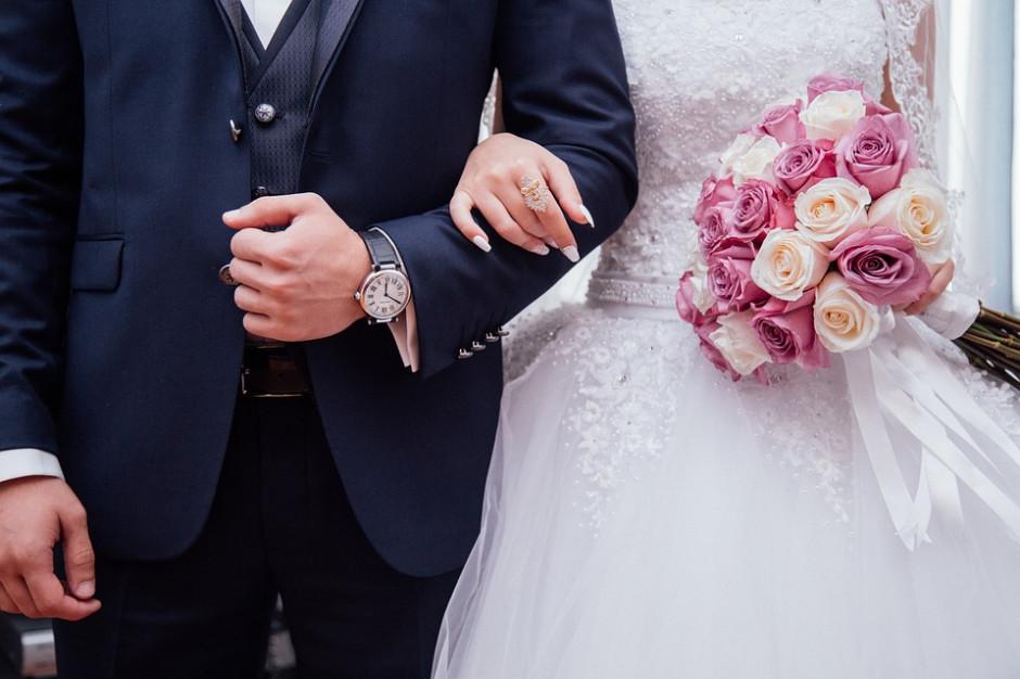 Młodzi nie spieszą przed ołtarz. Ślubów w kościele coraz mniej