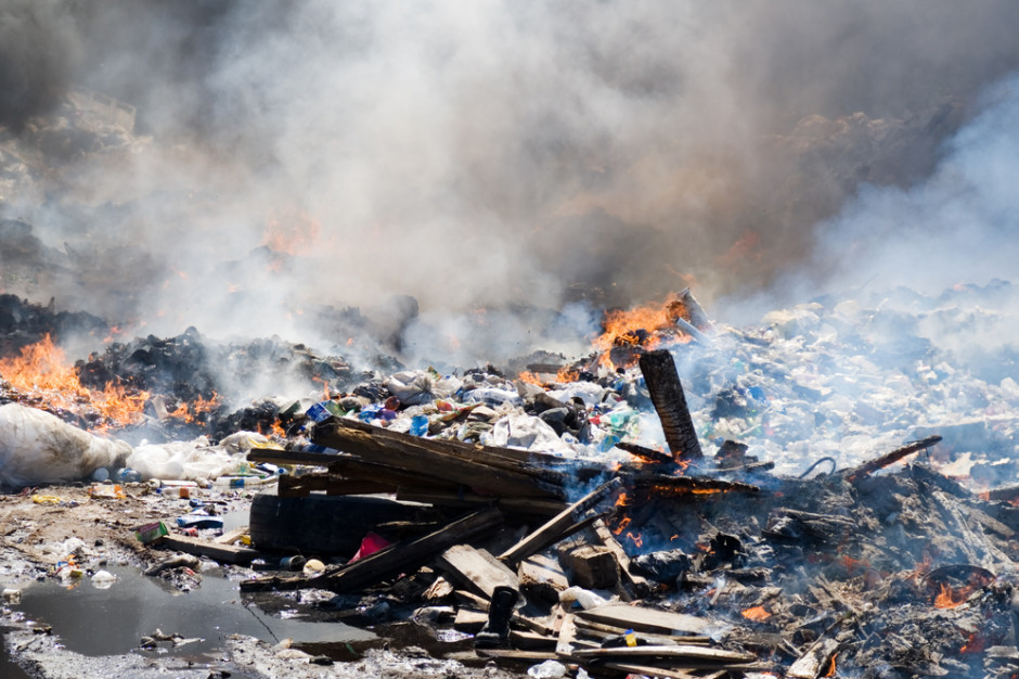 Na Śląsku spłonęła hala z odpadami