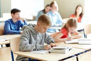 Nauka w siódmej klasie: przemoc rówieśnicza i nadmiar zadań domowych