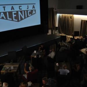 Falenica. W nieczynnym dworcu przy linii Warszawa-Otwock w 2010 r. za sprawą małżeństwa Ewy i Arkadiusza Jaskólskich powstała Kinokawiarnia Stacja Falenica. Wynajęli oni od PKP zaniedbany dworzec i zaczęli go remontować (projektory filmowe kupili od pozbywającej się akurat takiego sprzętu Agencji Mienia Wojskowego). Obecnie w dawnej hali biletowej przedwojennego dworca mieści się sala kinowa, gdzie prezentowany jest ambitny repertuar, z kolei w pomieszczeniach dawnego baru dworcowego znajduje się kawiarnia oraz księgarnia. Na terenie dworca odbywają się pokazy filmowe, koncerty, wystawy oraz inne inicjatywy kulturalne. Realizowane są też projekty społeczne i edukacyjne. Fot. www.stacjafalenica.pl