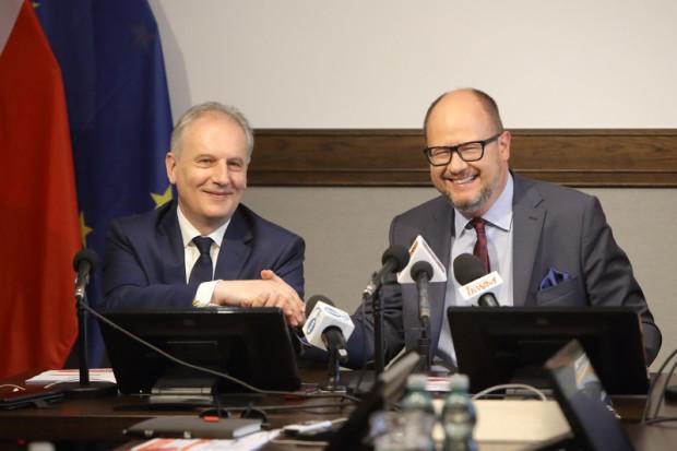 Na dowód porozumienia wojewoda Drelich i prezydent Adamowicz z uśmiechem uścisnęli sobie ręce (fot.Grzegorz Mehring/www.gdansk.pl)