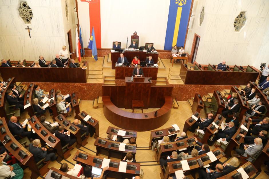 Radni w regionach. Śląskie i Zachodniopomorskie z największą liczbą radnych po studiach