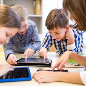 """Innowacyjne metody nauczania    MEN nie rezygnuje z wdrażania innowacyjnych metod nauczania w szkołach. Temu ma być poświęcona część cykli metodycznych oferowanych przez ośrodki metodyczne i doskonalenia nauczycieli. Temu ma służyć również projekt pilotażowy """"Szkoła dla Innowatora"""" realizowany obecnie w wybranych szkołach przez Ministerstwo Rozwoju. Doświadczenia zdobyte w trakcie tego projektu mają być popularyzowane we wszystkich szkołach w Polsce.   - Chodzi nam o to, żeby te nowoczesne metody kształtujące kreatywność myślenia, myślenie krytyczne były realizowane w praktyce przez nauczycieli. Chcemy, aby w perspektywie kilku lat te innowacyjne metody zagościły w różnych szkołach – zapowiedział szef resortu edukacji.    """"Szkoła dla Innowatora"""" - rusza projekt wart 10 mln zł    (fot. shutterstock)"""