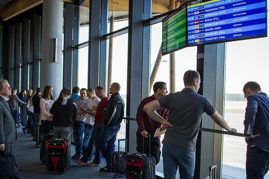 Coraz więcej podróżnych na lotnisku w Szymanach