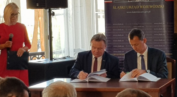 Umowę w sprawie dofinansowania inwestycji podpisali w śląskim urzędzie wojewódzkim przedstawiciele PKP PLK oraz Centrum Unijnych Projektów Transportowych. (fot. twitter.com/CUPT_gov_pl)
