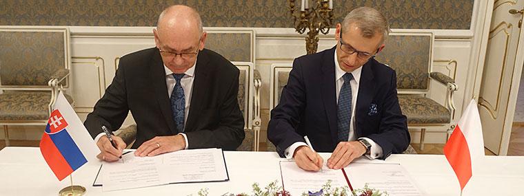 Polsko - słowacką Deklarację w sprawie realizacji Konwencji Bazylejskiej podpisują: Karol Mitrik, prezes Najwyższego Urzędu Kontroli Słowacji oraz Krzysztof Kwiatkowski, prezes Najwyższej Izby Kontroli (fot. NIK)