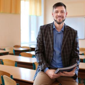 """Czas pracy nauczycieli    Jedno z najbardziej kompleksowych badań czasu pracy nauczycieli kilka lat temu przeprowadziłInstytut Badań Edukacyjnych w Warszawie. Wzięło w nimudział 1300 szkół i ponad 7 tysięcy nauczycieli. Zgodnie z wytycznymi nauczyciele mają pracować w tygodniu 40 godzin, jednak pensum (czas poświęcony na pracę z dziećmi przy tablicy) wynosi 18 godzin. Zaśpozostałe godziny, to czas na przygotowanie się do lekcji czy sprawdzanie kartkówek.   Badanie IBE wykazało, żenajbardziej pracowici są poloniści, którzy pracują 40 godzin tygodniowo. Zaraz za nimi na liście są historycy i nauczyciele wiedzy o społeczeństwie z 37,5 godzinami tygodniowo.   Nauczyciele przedmiotów ścisłych (matematyki, fizyki, chemii i biologii) pracują około 36 godzin tygodniowo. Natomiast najmniej czasu w pracy spędzająkatecheci (33 godziny) i wuefiści (27 godzin).   Z kolei najnowszy raport """"Education at Glance 2018"""" przygotowywany co roku przez Organizację Współpracy Gospodarczej i Rozwoju (OECD) pokazuje, że polscy nauczyciele spędzają przy tablicyok. 3 godzin dziennie. Taki wynik plasuje nas na końcu wśród krajów OECD. /fot. shutterstock"""