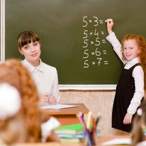 Nauczyciele w liczbach    Z najnowszych danych Ministerstwa Edukacji Narodowej wynika, że roku szkolnym 2017/2018 nad wychowaniem i edukacją naszych dzieci czuwało694 636 nauczycieli. To o 10 139 więcej niż rok wcześniej.   Największą część z nich stanowili nauczyciele dyplomowani, czyli ci z najwyższym stopniem awansu zawodowego. Resort przypomina też, żew pierwszym roku wprowadzania reformy edukacji, czyli w 2017 o 17 768 wzrosła liczba etatów nauczycieli w publicznych i niepublicznych przedszkolach, szkołach oraz placówkach. W roku szkolnym 2016/2017 było 673 323 etatów, zaś w 2017 r. było ich 691 000. /fot. shutterstock