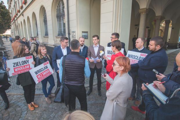 Bezpartyjni z Wrocława podczas konferencji prasowej (fot. mat. pras.)
