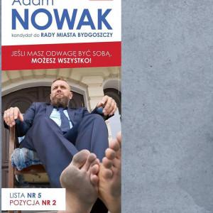 Jeśli masz odwagę być sobą, możesz wszystko - stwierdza na swoim plakacie wyborczym Adam Nowak, kandydat na radnego Bydgoszczy. Poza hasłem odważnie prezentuje też brudne stopy. Niestety nie wyjaśnia, czy jest to jakieś nawiązanie do słynnego indiańskiego szczepu Czarnych Stóp.