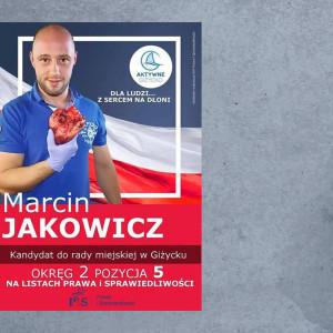 """Zgoła inny rekwizyt wybrał ubiegający się o mandat radnego w Giżycku Marcin Jakowicz. Pracujący na co dzień jako ratownik medyczny Jakowicz prezentuje się z hasłem """"Dla ludzi… z sercem na dłoni"""" i faktycznie w ręku trzyma ludzkie serce. To szkoleniowy rekwizyt – zapewnia."""