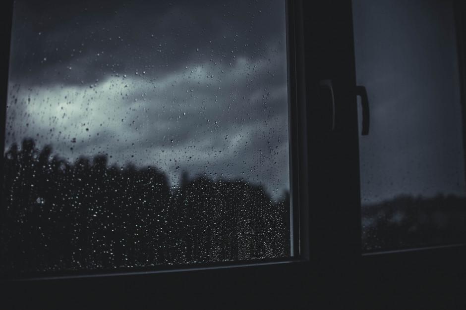 Silny wiatr i deszcz: Brak prądu i utrudnienia na kolei na Śląsku